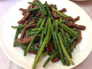 牛肉とニンニクの茎の炒め