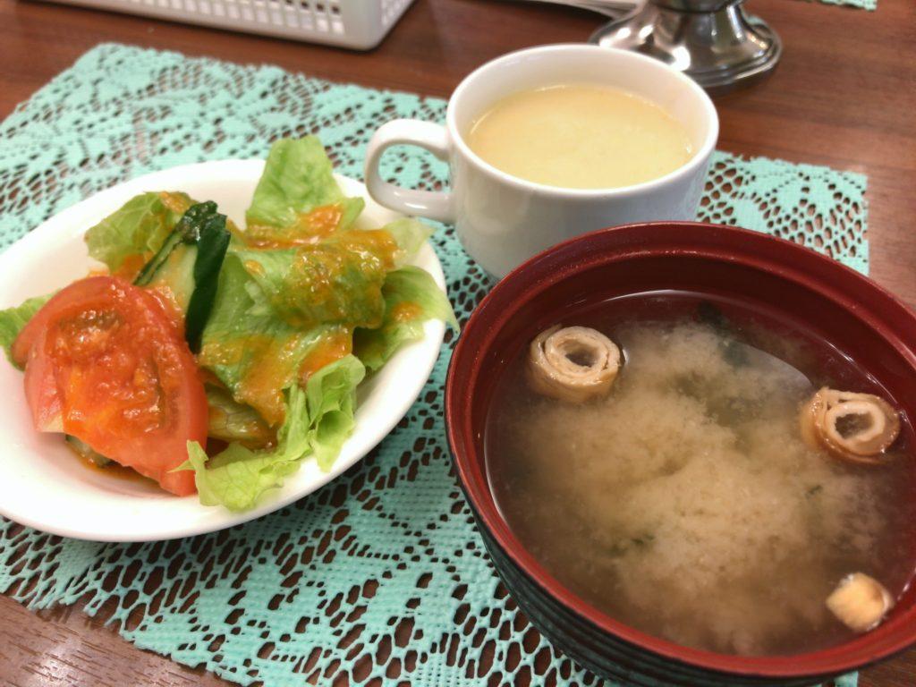 サラダ、お味噌汁、コーンスープ